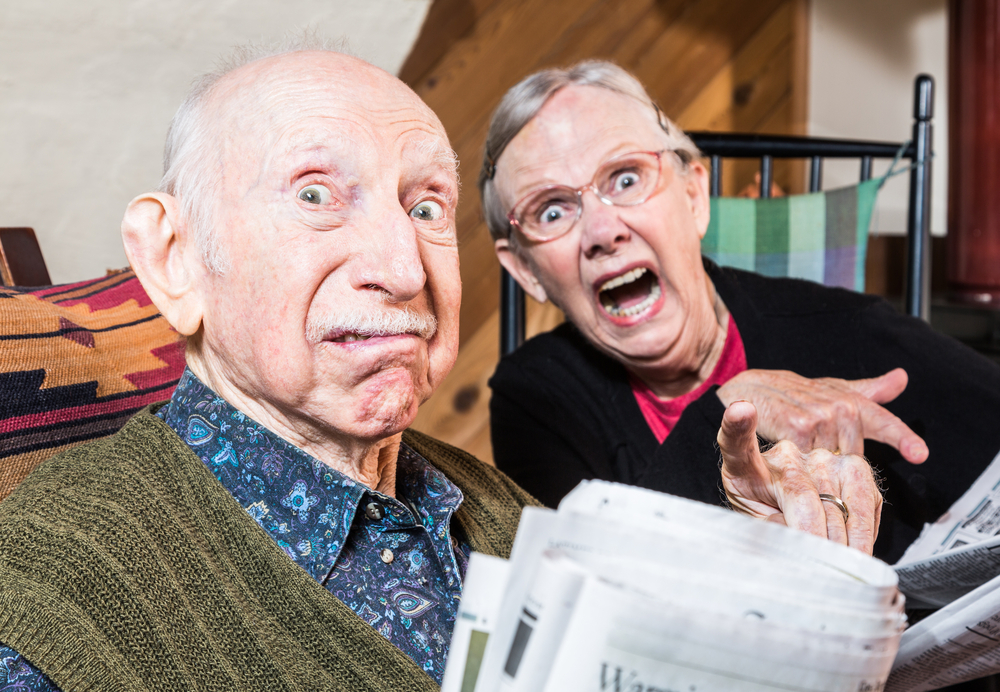 驚く老夫婦