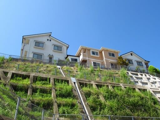崖地、傾斜地の住宅